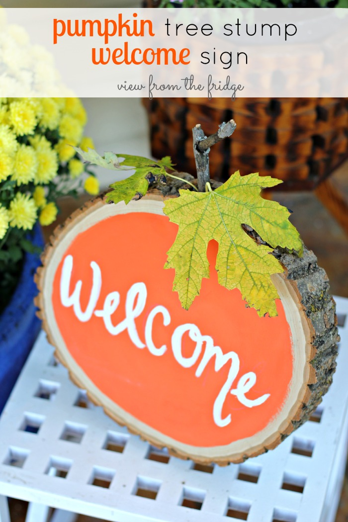 25 Easy Fall DIY Projects: Pumpkin Tree Stump Welcome Sign by View From the Fridge