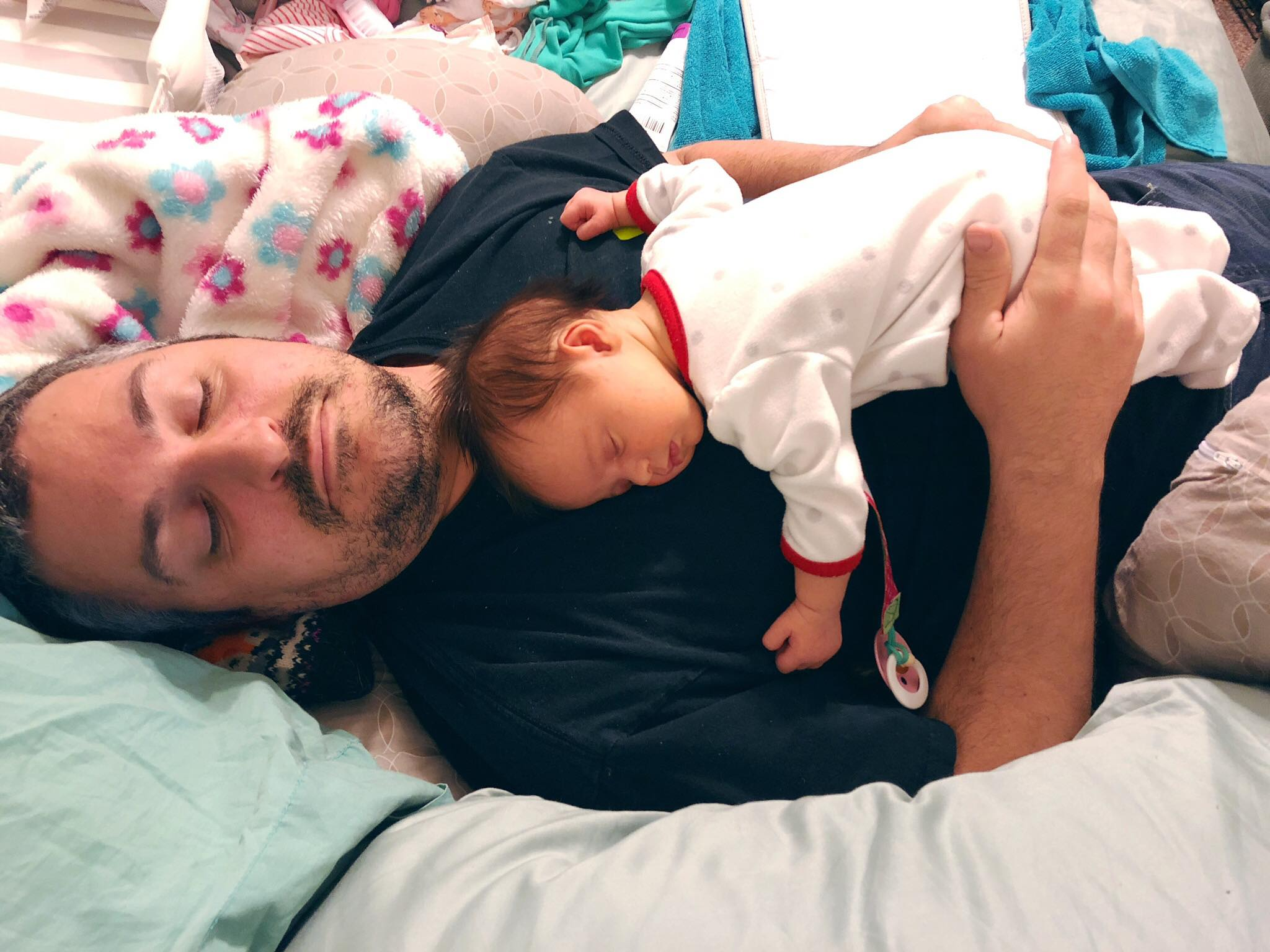 Amélie sleeping with daddy.