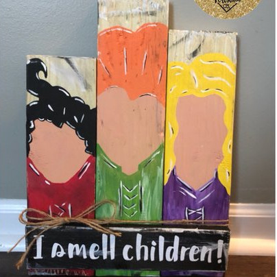 A cute Hocus Pocus inspired pallet sign that features the Sanderson Sisters and the words I Smell Children. Sign by Kustom Krafts by Kristina Co.